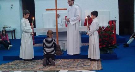 Los niños contemplan la Cruz